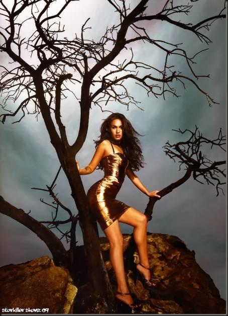 Megan-Fox-posando-en-un-arbol-con-un-vestido-color-cobre