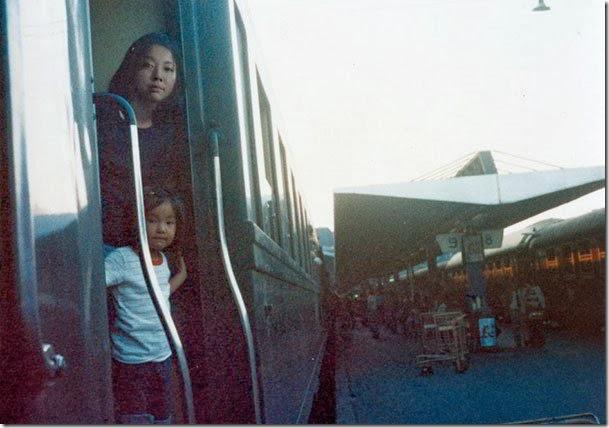 Fotógrafo viaja en el tiempo y se inserta en las fotos de su infancia 04